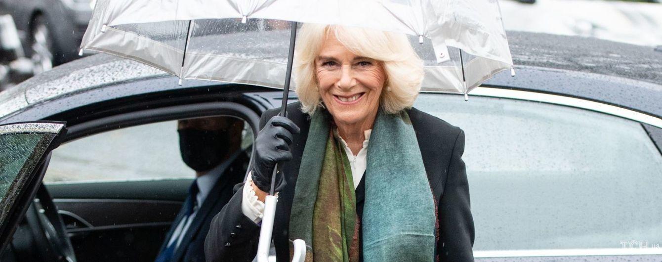 В длинной юбке-плиссе и жакете: герцогиня Корнуольская посетила центр верховой езды