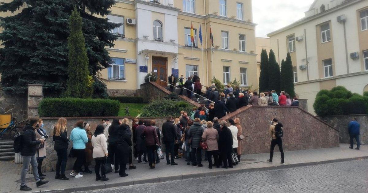 Протест лікарів у Луцьку: медики просять не перетворювати пологовий на коронавірусний шпиталь