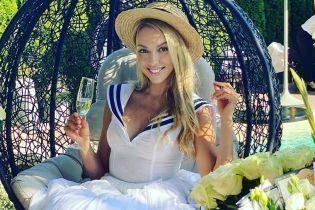 С бокалом и в платье с откровенным декольте: Оля Полякова продемонстрировала красивый образ