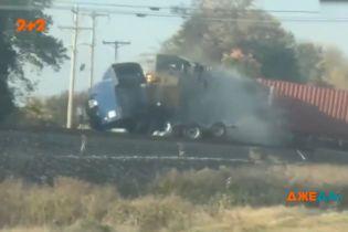 Зніс і не помітив: у США водій вантажівки застряг просто на залізничних коліях