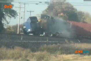 Снес и не заметил: в США водитель грузовика застрял прямо на железнодорожных путях