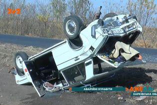 Пекельна аварія у Харкові: автомобіль декілька разів розкрутився і перевернувся