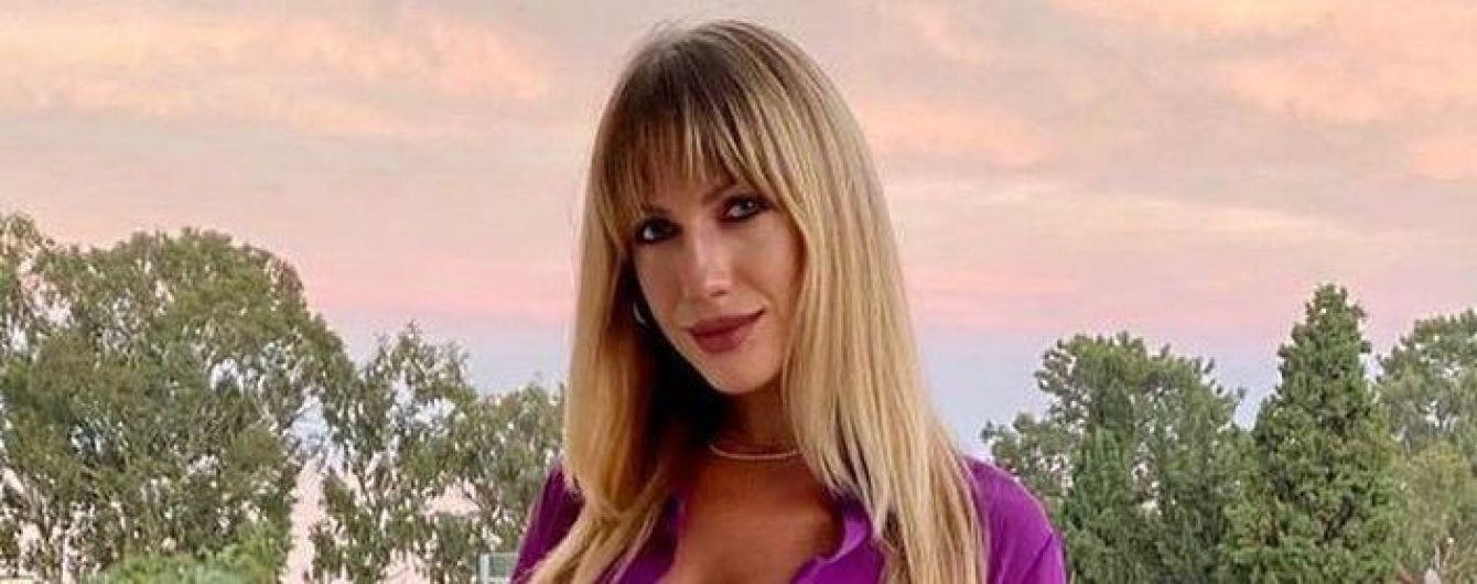 В фиолетовом мини-платье и мандариновых босоножках: Леся Никитюк похвасталась стройными ногами
