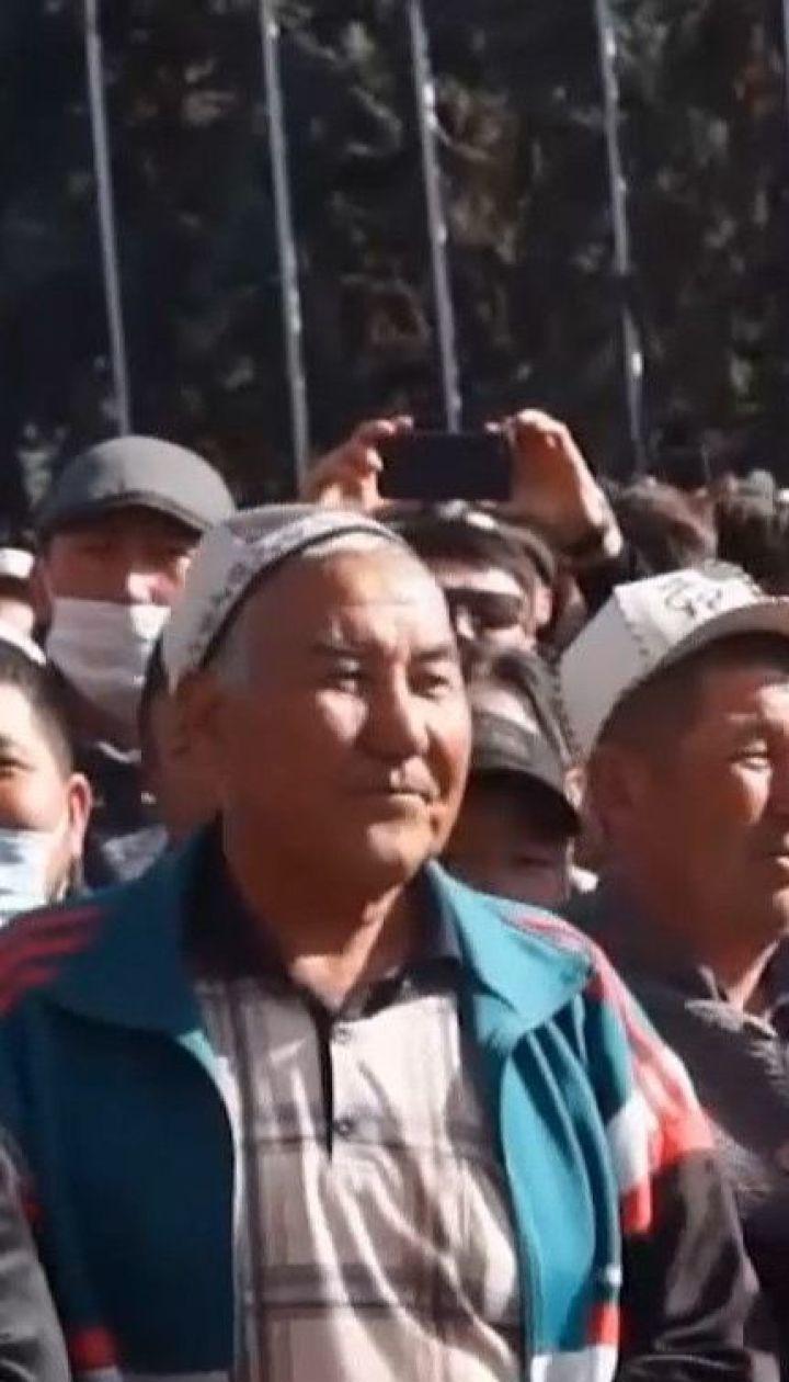 У Бішкеку сотні людей святкують відставку президента мітингом