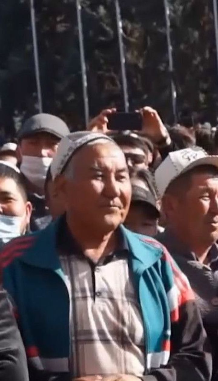 В Бишкеке сотни людей празднуют отставку президента митингом