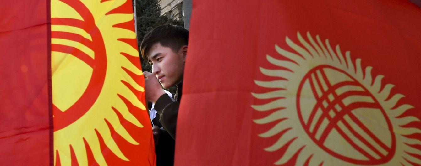 В Бишкеке сотни людей вышли на митинг, чтобы отпраздновать отставку президента