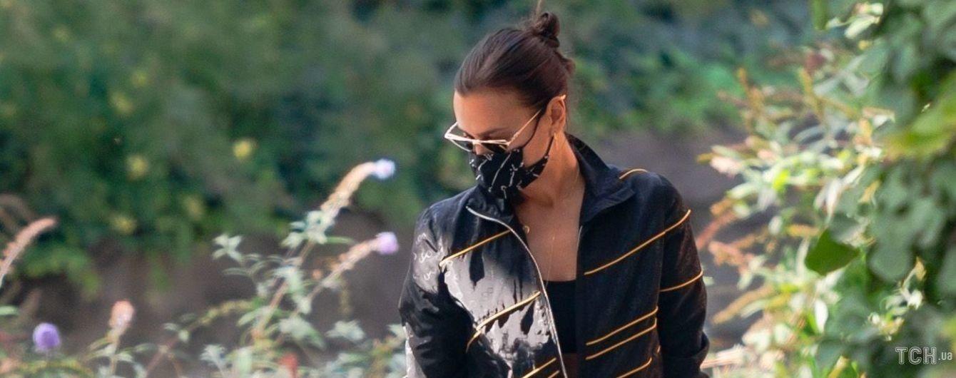 Модный провал: Ирина Шейк надела очень неудачные брюки на прогулку