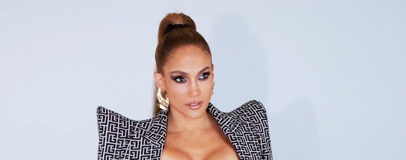 Дженнифер Лопес в секси-платье соблазнительно изогнулась на столе в новой фотосессии