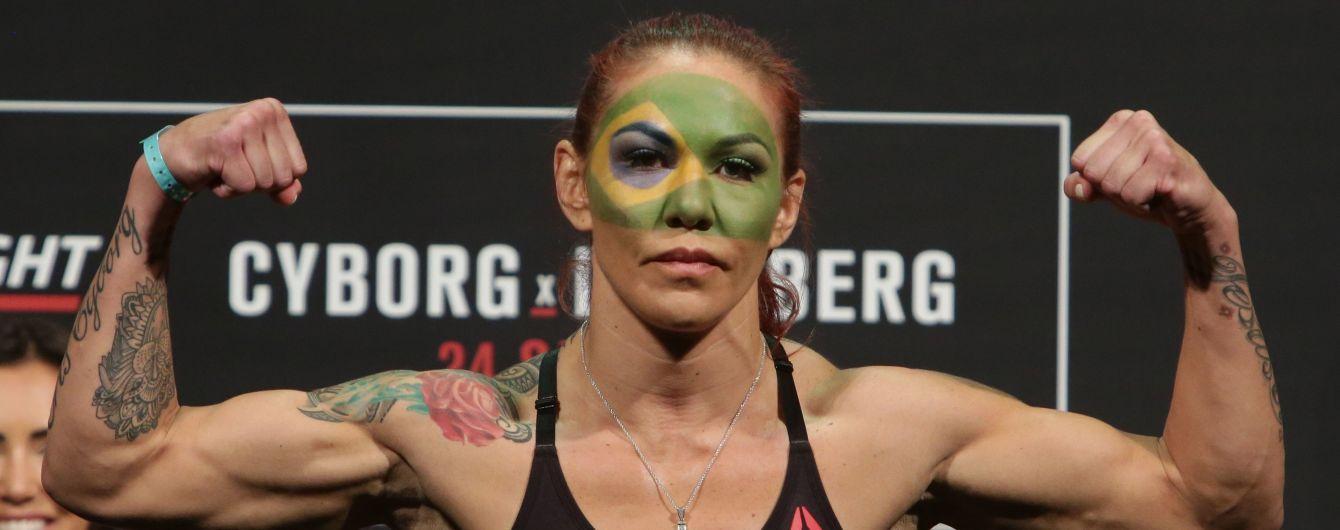 "Розбила обличчя та ""задушила"": колишня чемпіонка UFC жорстоко здолала суперницю в титульному бою"
