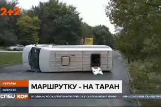 В Запорожье пассажирская маршрутка столкнулась с легковым автомобилем