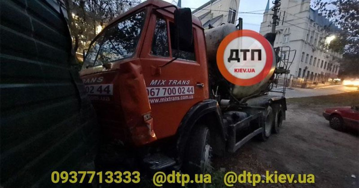 У Києві бетономішалка зім'яла п'ять легковиків і в'їхала в паркан: є постраждалі