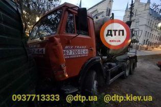 В Киеве бетономешалка смяла пять легковушек и въехала в забор: есть пострадавшие
