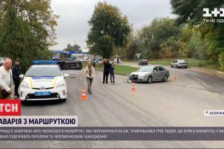 В Запорожье легковушка ударила маршрутку в бок и та перевернулась - три человека травмированы