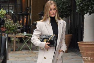 Просто і зі смаком: модель Розі Гантінгтон-Вайтлі сфотографували в Лондоні