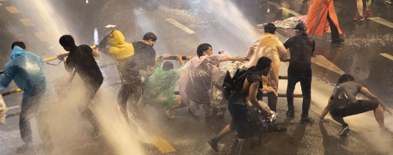 У Таїланді протестувальників розганяють водометами і затримують: двом з них загрожує довічне ув'язнення