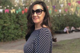 В платье с принтом polka dot: стильная Соломия Витвицкая на прогулке
