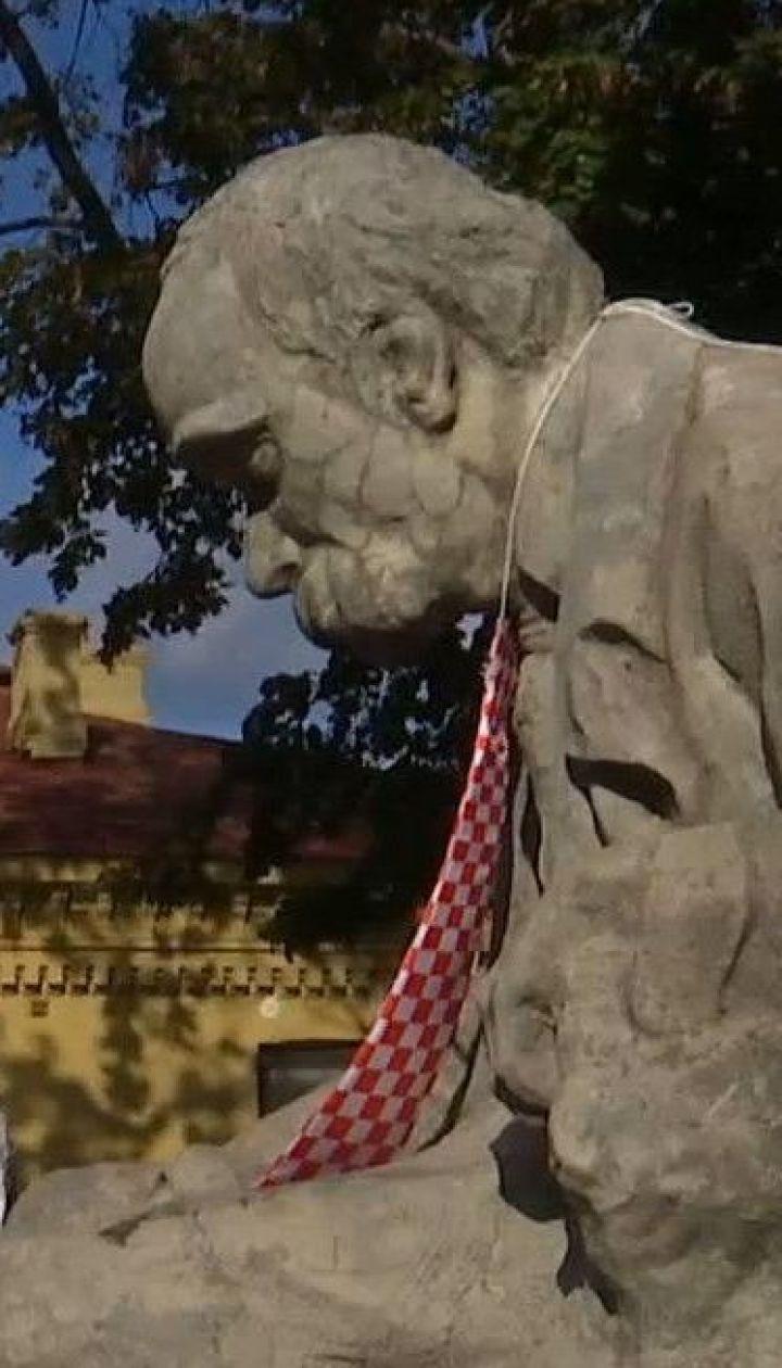 День галстука в Украине: в Киеве бумажные аксессуары раздавали прохожим