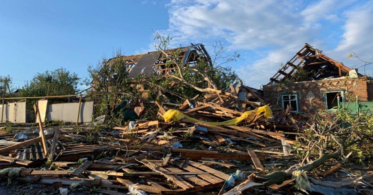 Зірвані дахи, повалені дерева та бігборди: у Кропивницькому ліквідують наслідки потужного буревію