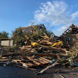 Сорваны крыши, повалены деревья и бигборды: в Кропивницком ликвидируют последствия мощного урагана