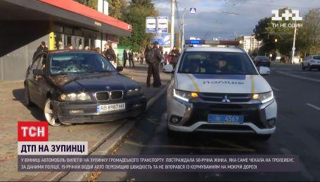 У Вінниці легковик увігнався у зупинку громадського транспорту, де стояла 58-річна жінка
