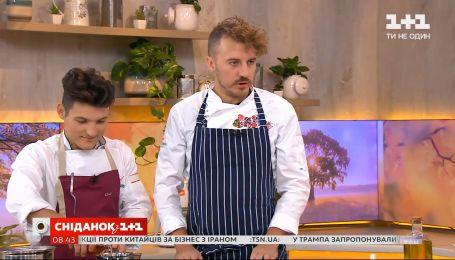 Мозаїку з сома готує Євген Клопотенко зі своїм учнем Валентином Брайчуком