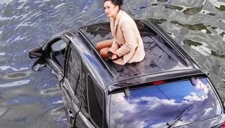 В Харькове автоледи на внедорожнике снес ограждение и рухнула в реку (видео)