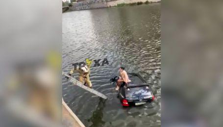 Водный кульбит: в Харькове внедорожник пробил ограждение и упал в реку