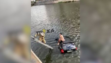 Водний кульбіт: у Харкові позашляховик пробив огорожу і впав у річку