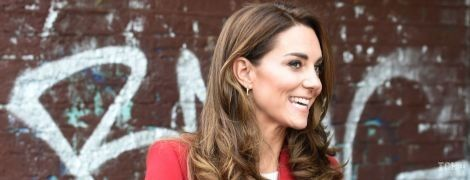 Герцогиня Кембриджская очаровала образом в красном пальто от Alexander McQueen