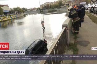 В Харькове машина протаранила металлическое ограждение и слетела с дороги в реку