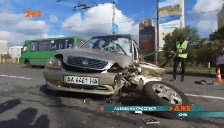 В Киеве водитель выскочил на встречную полосу и протаранил в лоб авто