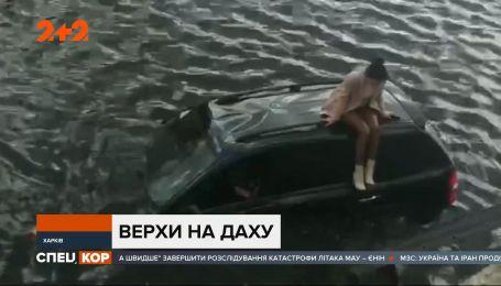 В Харькове машина протаранила ограждение и слетела с дороги в реку