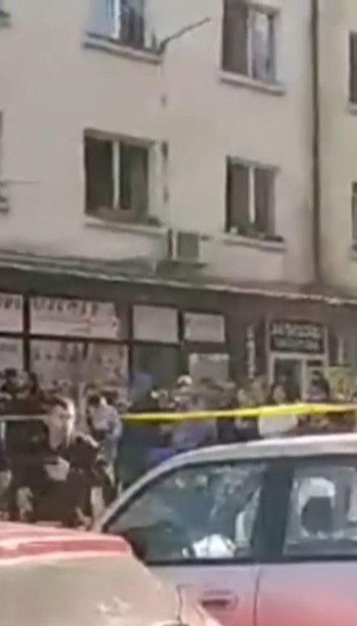 В грузинском Зугдини мужчина захватил банк и требует полмиллиона долларов и вертолет
