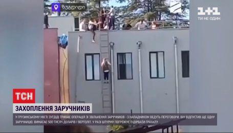 """Нападающий более 6 часов удерживает людей в помещении одного из филиалов """"Банка Грузии"""""""