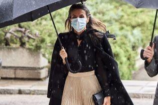 В плиссированной юбке и на каблуках: королева Летиция попала под дождь в Мадриде