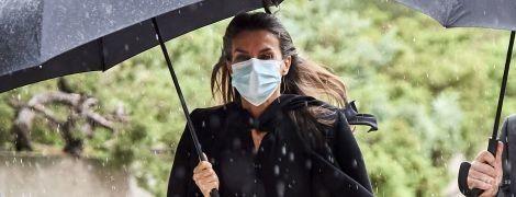 У плісованій спідниці і на підборах: королева Летиція потрапила під дощ в Мадриді