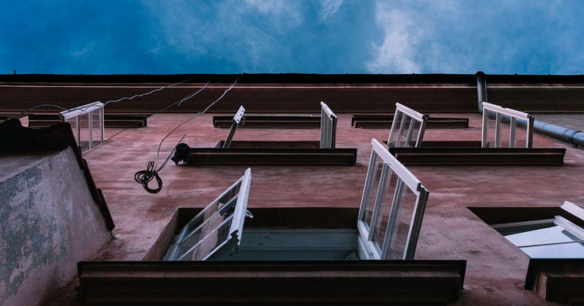 В Черновцах 10-летний мальчик выпал из окна пятого этажа (видео)