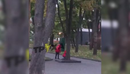 В Харькове мать избила дочь у детской площадки