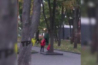 У Харкові мати відлупцювала доньку біля дитмайданчика