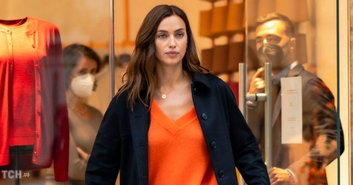 У пуловері і шкіряних мінішортах: Ірина Шейк сходила на шопінг