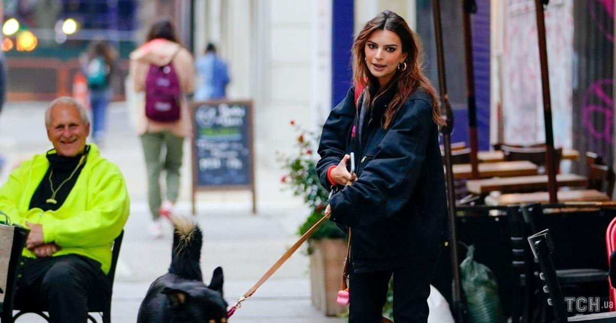 У чорному аутфіті і насиченим мейком: Емілі Ратаковскі вийшла на прогулянку з собакою