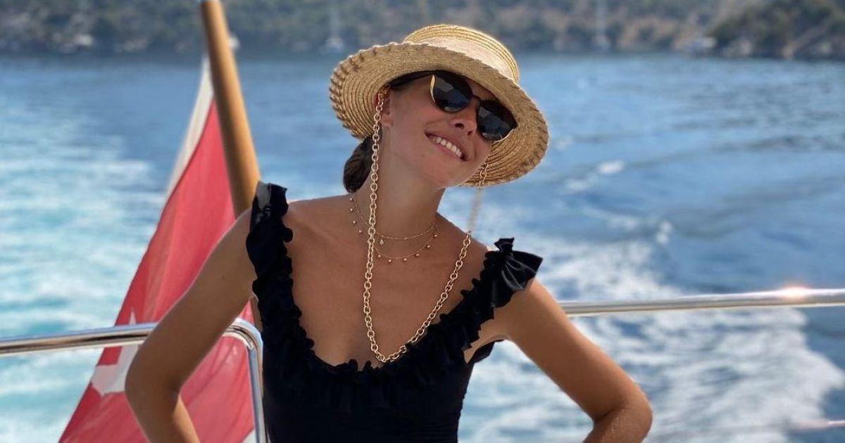 В купальнике с рюшами и шляпе: Катя Осадчая похвасталась пляжным луком