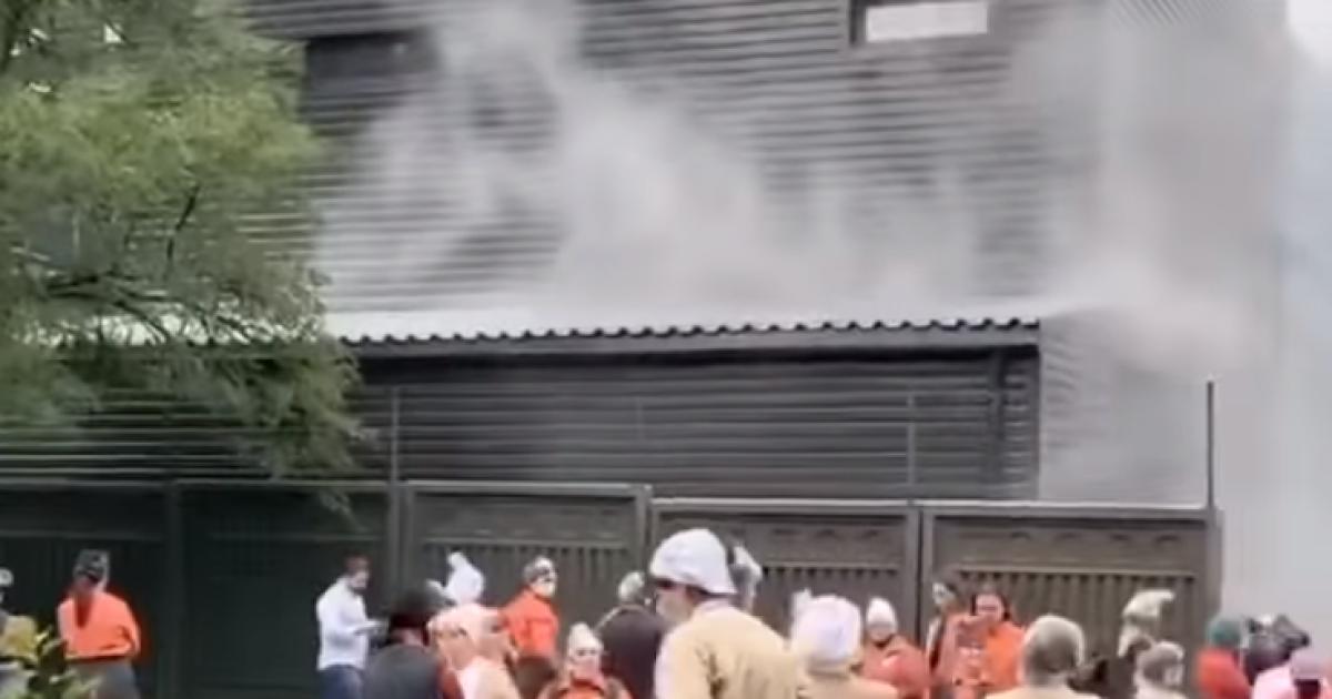 В Киеве вспыхнул пожар в супермаркете: людей срочно эвакуировали