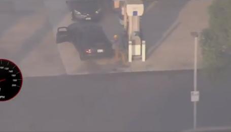 В США водитель во время бегства от полиции заехал на АЗС заправиться и продолжил движение: видео