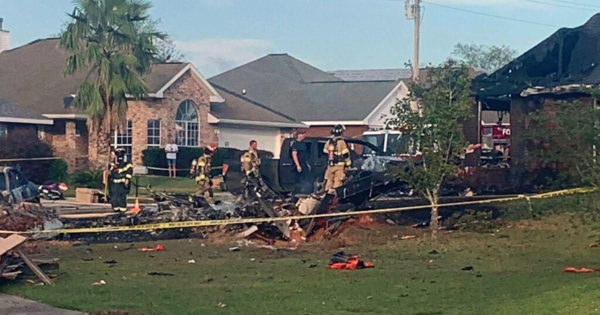 В США из-за падения военного самолета загорелись дома: есть погибшие