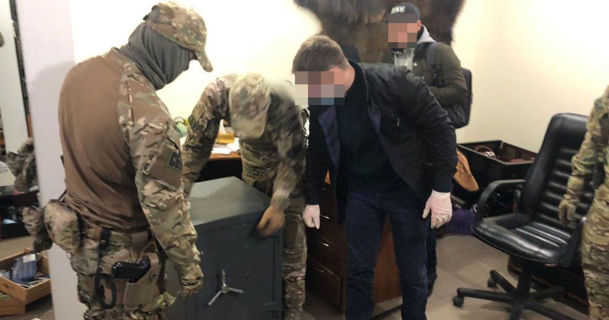 СБУ викрила групу зі 100 людей, яка займалася рейдерством і збутом наркотиків: до неї входили правоохоронці