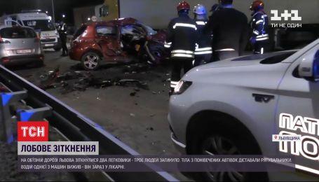 Поблизу Львова зіткнулися два авто, троє загинуло