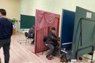У Житомирі на кількох дільницях відсутні кабінки для голосування