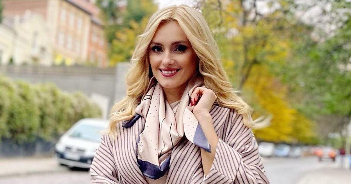 В полосатом пальто и на шпильках: Ирина Федишин в стильном луке прогулялась по Львову