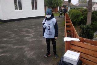 """Біля виборчих дільниць зафіксували дітей-волонтерів, які проводять """"опитування Зеленського"""""""